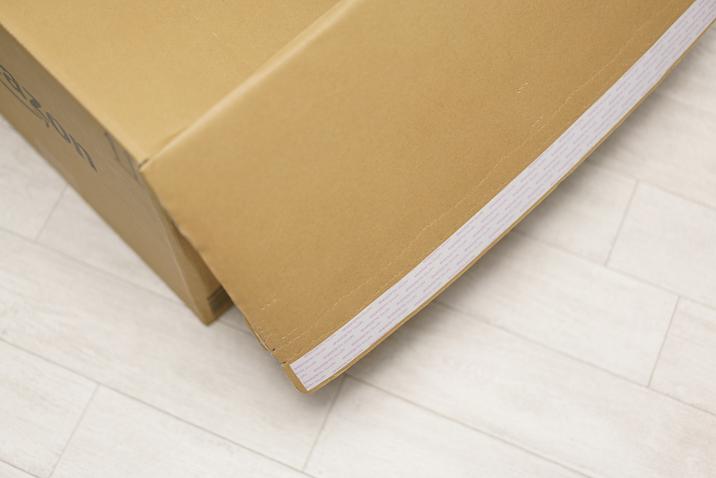 箱裏側の粘着テープを剥がして梱包する