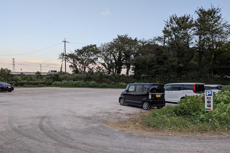 津屋川堤防の彼岸花駐車場